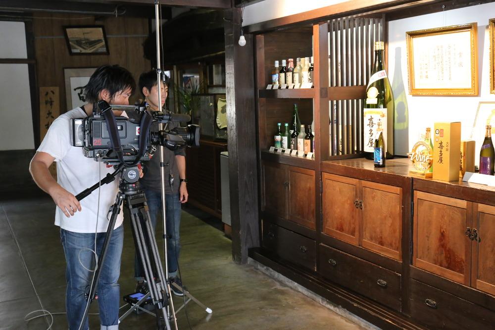"""浜崎正樹チーフアナウンサーによって、喜多屋の新酒仕込みと""""吟のさと""""の出穂の様子が放送されます。"""